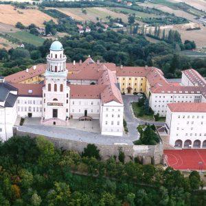 Des moines hongrois transforment leur abbaye en une grande maison écologique